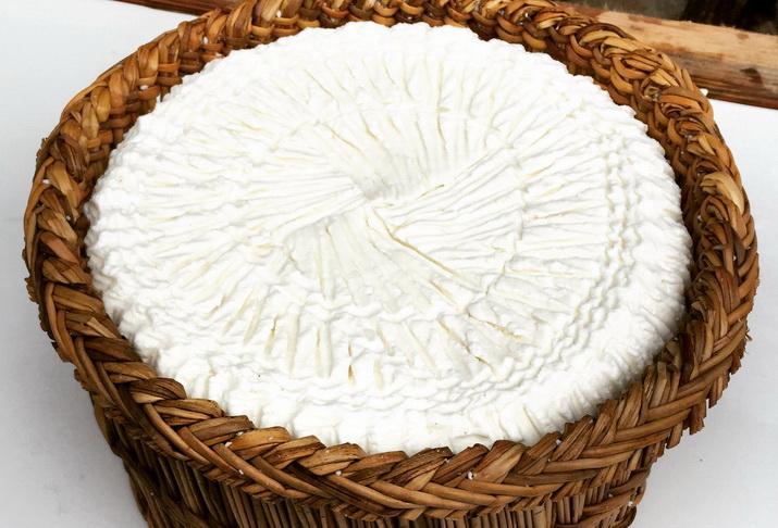 formaggio del pollino nel tipico canesto di giunco lavorato a mano che conferisce una tipica texture alla crosta