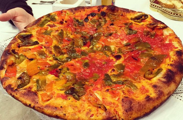 la pitta, tipica pizza di civita con peperoni e pomodori locali