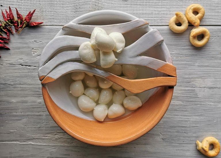 Nodini di mozzarella Pugliesi. (Ceramica © Elena Centonze)