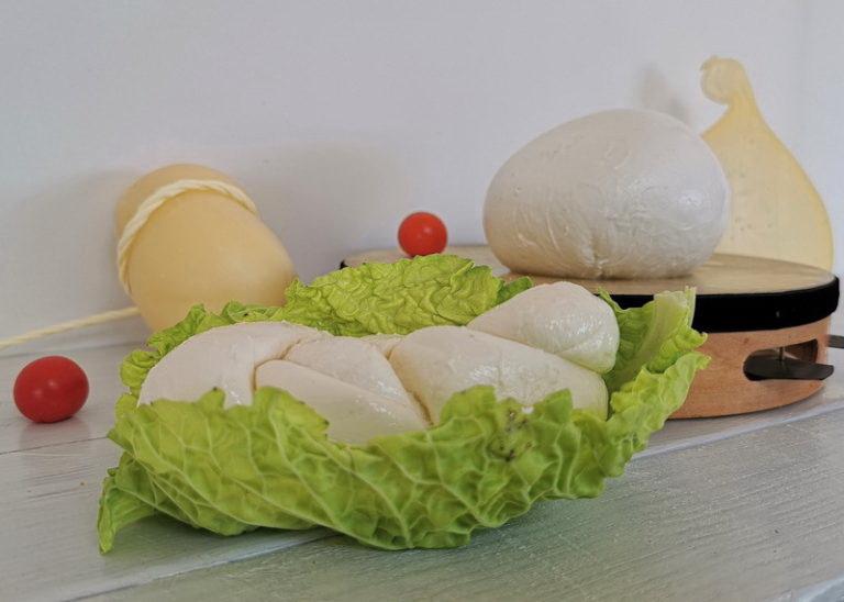 La treccia di mozzarella e la scamorza. Foto © Mauro Orrico