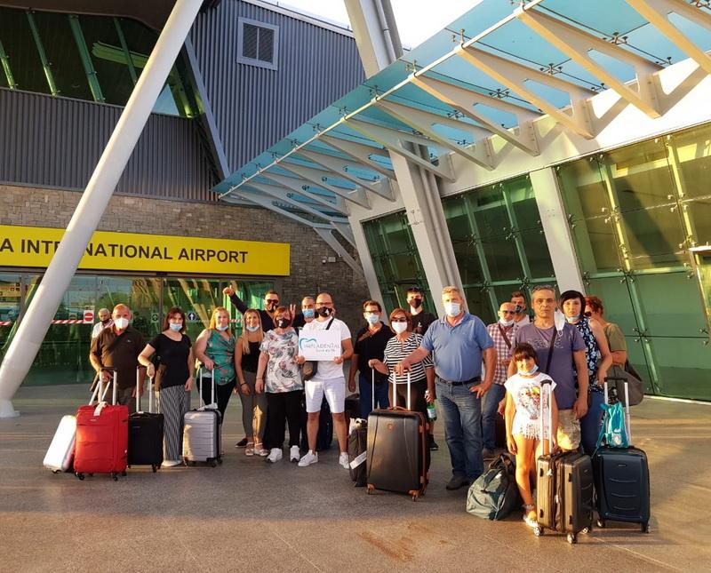 Un gruppo di pazienti all'aeroporto di Tirana