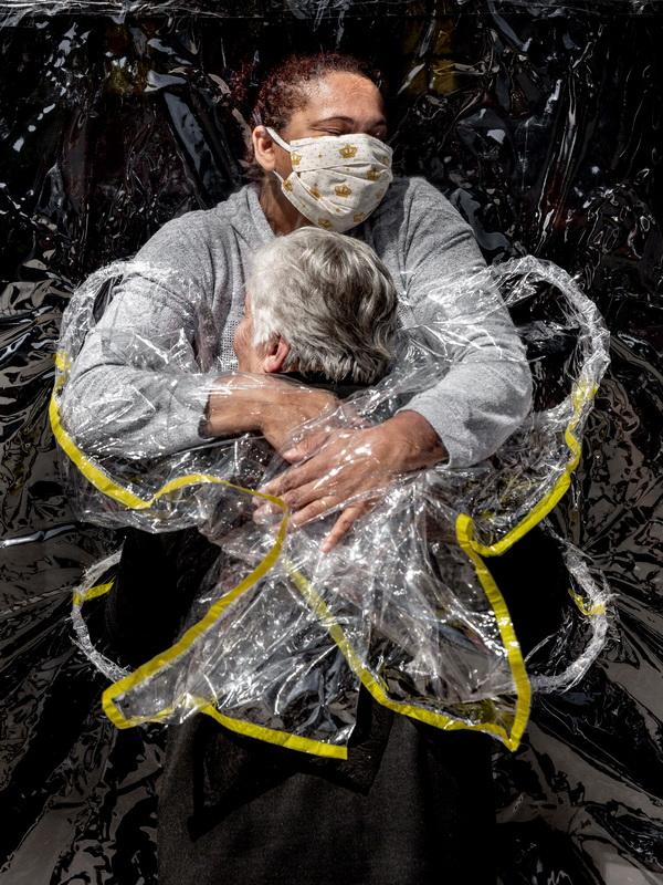 The First Embrace © Mads Nissen, Danimarca (Foto dell'anno)